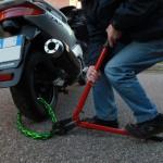 Come usare cavi intrecciati e catene per legare bici e moto