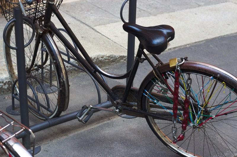 Solo la ruota posteriore è legata: la bici si può prendere e portare via senza problemi.