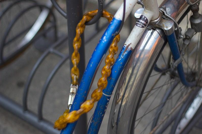 Solo il telaio è legato ad un punto fisso, le ruote si possono asportare svitando 2 viti.