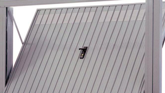Come rendere sicura la serratura della porta del garage for Costruendo un garage per 3 auto