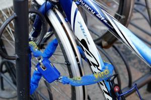 Questo è un modo molto semplice ma efficace di legare la bici: una catenai buona qualità lega telaio e ruota anteriore (quella più facile da asportare) ad un punto fisso.
