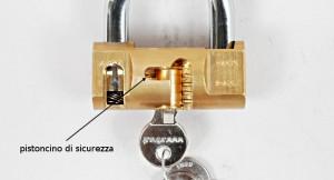 Il lucchetto cilindrico Viro ha un pistoncino di sicurezza da lato opposto rispetto ai pistoncini