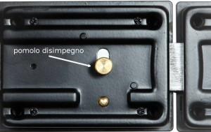 Il pomolo interno può essere agganciato anche dall'esterno, facendo un piccolo buco sulla porta.