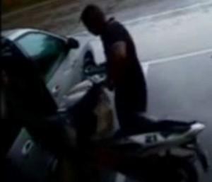 L'arco rigido non permette di fissare il mezzo ad un punto fisso. Non protegge quindi dai furti che avvengono caricando lo scooter su un furgone.