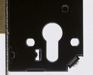 Una serratura Viro con i 2 fori a norma DIN ai lati del foro per il passaggio del cilindro.