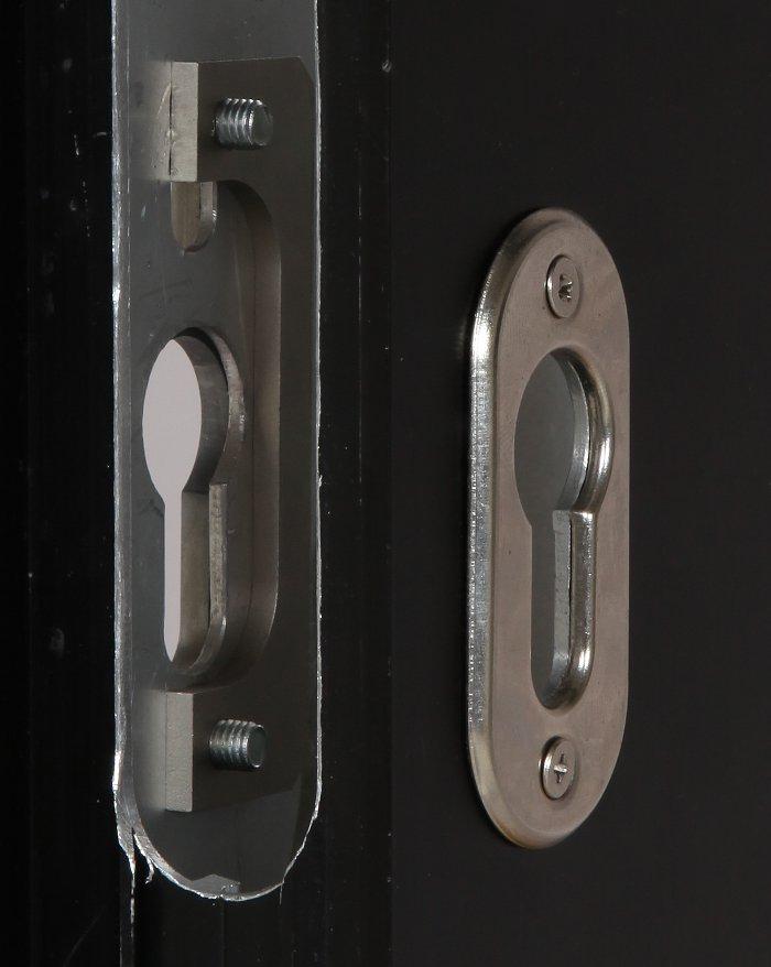 Piastra di fissaggio inserita all'interno del vano serratura a cui si avvita la piastra di contrasto sul lato esterno.