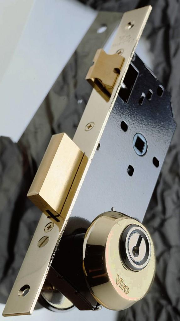 Rosetta di sicurezza Viro montata su serratura con viti passanti attraverso fori DIN.