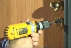 La piastrina rotante impedisce di trapanare il cilindro.