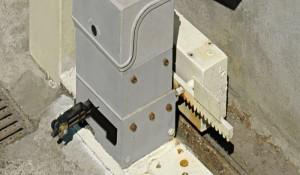 Per legge i motori dei cancelli automatici devono essere facilmente disinseribili, per garantire l'apertura anche in caso di avaria o di assenza di corrente, per questo non possono essere utilizzati per chiudere in sicurezza il cancello.