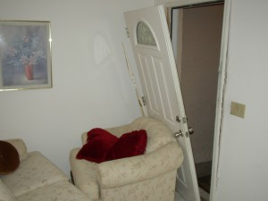 Il secondo metodo più utilizzato dai ladri per entrare nelle case è rompere la porta.