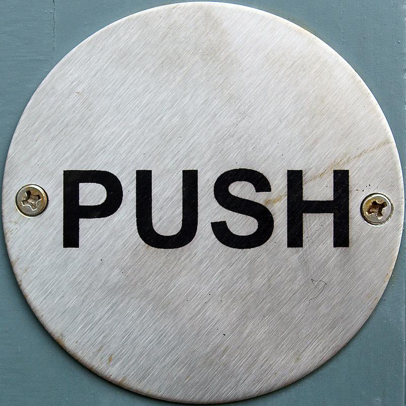 Anche per quanto riguarda il meccanismo di apertura esistono 2 tipi di incontri elettrici: uno si apre semplicemente schiacciando il pulsante, l'altro si apre se qualcuno spinge il battente mentre il pulsante è premuto (Foto di flickr/chrisinplymouth)
