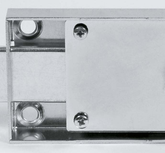 La cassa delle comuni serrature per serranda è di sottile lamiera.