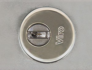 Il cilindro della serratura corazzata per serranda Viro 8270 è protetto da una rosetta anti strappo e da una piastrina rotante anti trapano.