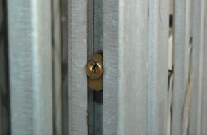 La serratura rivolta all'interno della losanga è accessibile da entrambi i lati, ma lascia poco spazio per l'introduzione di strumenti da scasso.