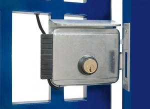 In alcune situazioni i battenti si devono aprire verso l'esterno. In questi casi sono necessarie serrature elettriche apposite, come le Viro V97 (per accesso pedonali) e V90 (per accessi carrabili).