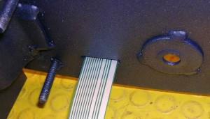 Un esempio di foro di passaggio per cavi di collegamento alla scheda elettronica non adeguatamente protetto.
