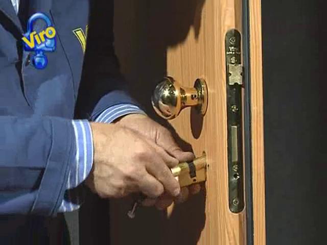 Si infila il cilindro nella serratura e si trova la posizione dando una mandata - Club Viro
