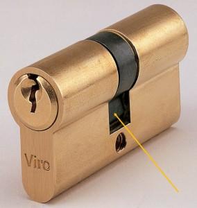 La freccia indica un nottolino universale di un cilindro Viro. A chiave estratta rimane all'interno del cilindro.