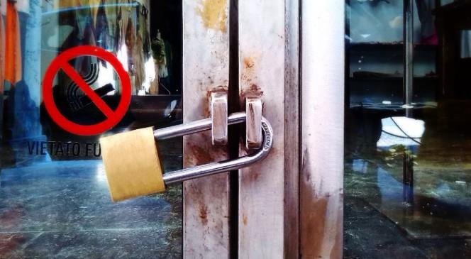 Un esempio di lucchetto ad arco lungo usato in modo improprio, qui sarebbe stato molto meglio usare un lucchetto per serranda.