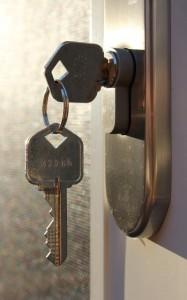 Invece del pomolo si può usare una chiave che si rimuove quando si esce. In questo caso se si vuole lasciare la possibilità di aprire la serratura anche dall'esterno si deve usare un cilindro frizionato (foto di flickr/woodleywonderworks).