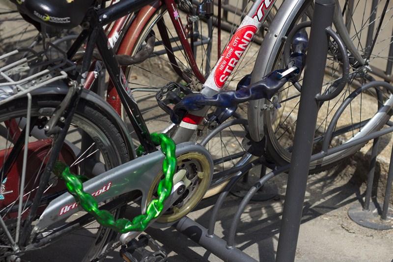 Un esempio di come si lega bene una bici: una catena lega la ruota anteriore e il telaio ad un punto fisso, mentre una seconda catena lega la ruota posteriore al telaio.