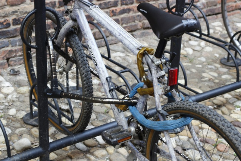 Qui la ruota e il telaio sono legate ad un punto fisso con un cavo corazzato. Una catena fissa invece la ruota posteriore.