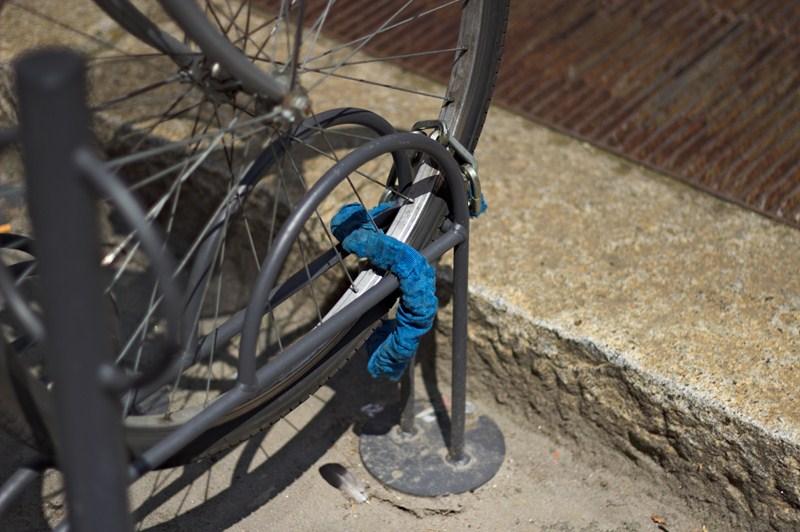 Se si lega solo la ruota il resto della bici si può rubare svitando 2 viti.