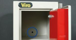 Nella foto è evidenziato un foro di fissaggio di un armadio di sicurezza.