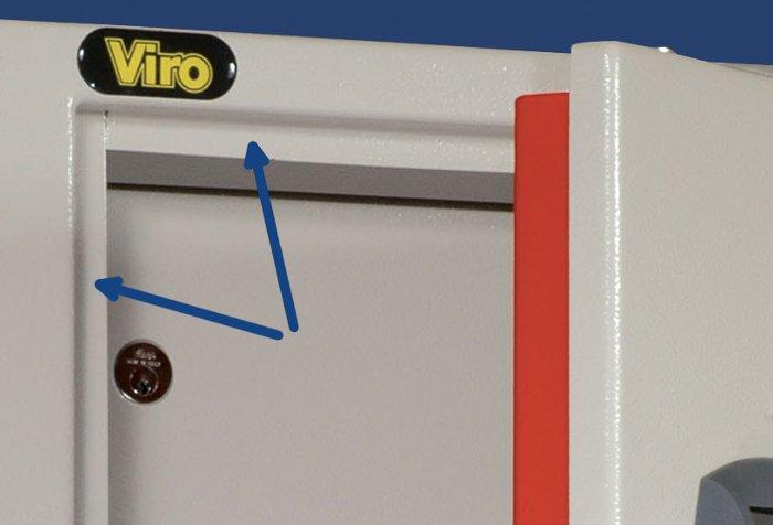 Le frecce indicano le battute antisfondamento presenti sulla cornice di un armadio Viro.
