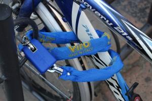 Una catena con lucchetto permette ad esempio di fissare una bici alla rastrelliera