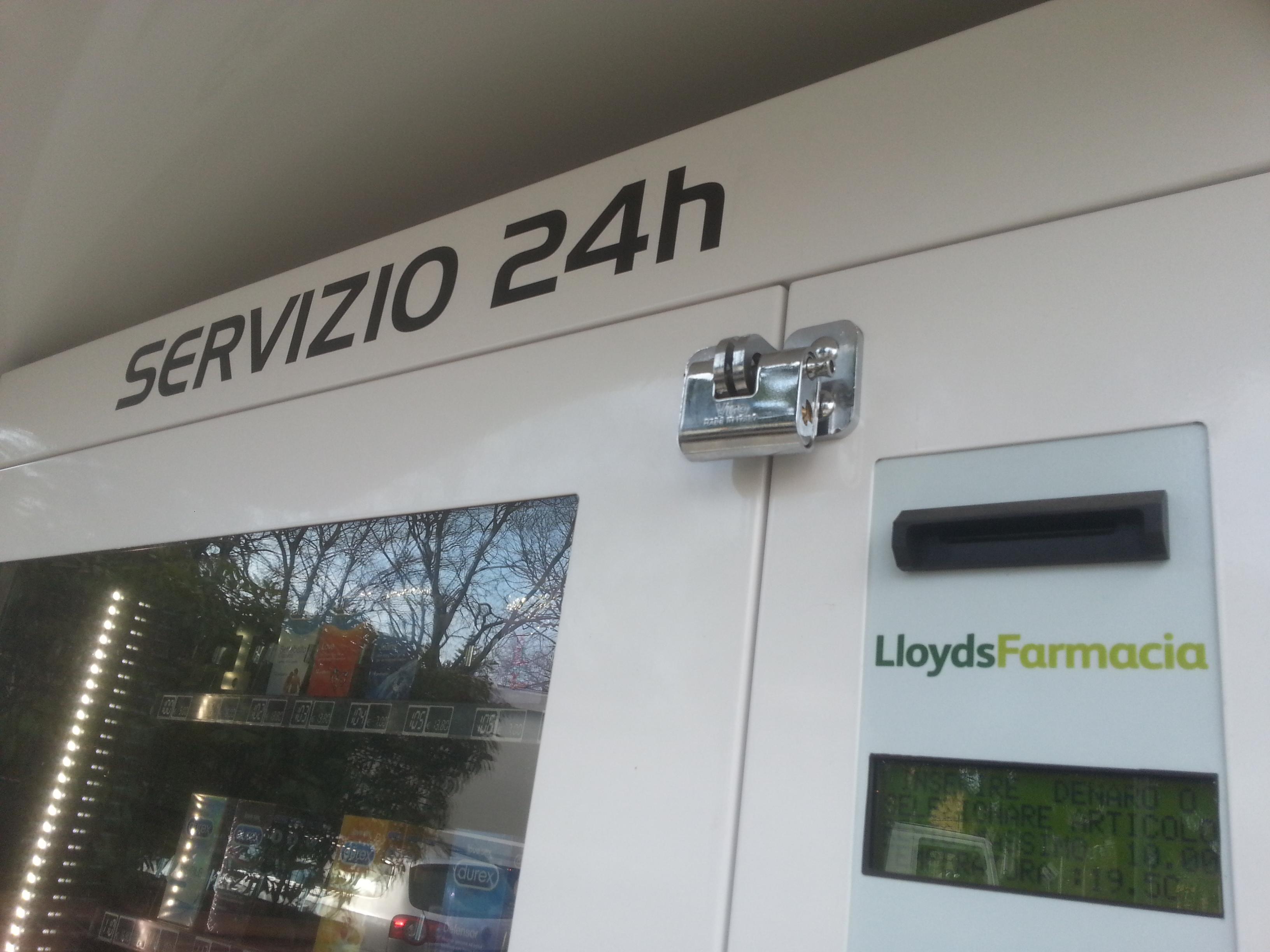 Panzer su distributori automatici Lloyds Farmacia