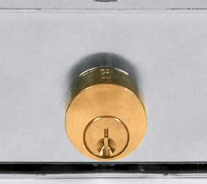 Los cilindros de las cerraduras comunes para cortinas metálicas enrollables sobresalen y no están protegidos.