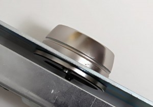 El escudo de seguridad a prueba de desgarro de la cerradura Viro 8270 tiene forma troncocónica para que no pueda ser aferrado con tubos u otras herramientas de descerrajamiento.