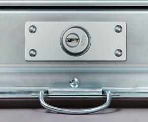 La cerradura Viro Serie 8270 montada. En el exterior pueden verse: la placa de protección, el escudo de seguridad y la placa antitaladro.