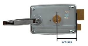 La entrada es la distancia entre el centro del cilindro y la placa por la cual sobresale el pestillo.