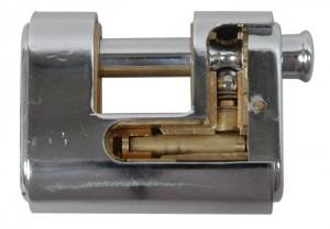 Detalles de un candado acorazado Viro Panzer, donde puede verse cómo la coraza de acero envuelve el cuerpo de latón.