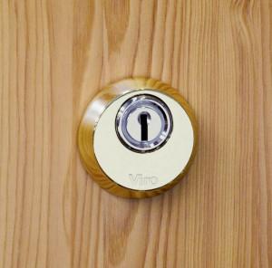 Un escudo de seguridad protege el cilindro contra intentos de taladrarlo, tanto en el cuerpo (gracias a su estructura) como en el tambor (gracias a una placa antitaladro rotatoria).
