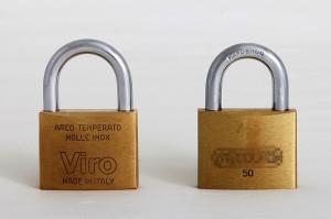 Un candado rectangular Viro made in Italy de 50 mm comparado con otro análogo de fabricación oriental.
