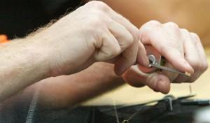 Abrir una cerradura sosteniéndola con la mano es mucho más fácil que hacerlo cuando la cerradura está montada.