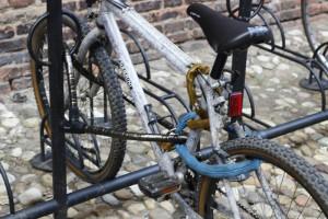 Aquí la ruedas y el bastidor están atados a un punto fijo con un cable acorazado. Una cadena fija la rueda trasera.