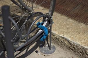 Si solo se ata la rueda, el resto de la bicicleta se puede robar destornillando 2 tornillos.