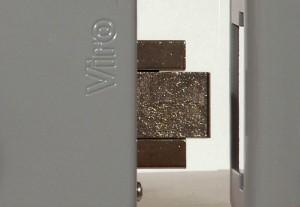 Detalle del cerrojo insertado en el pestillo de la cerradura eléctrica Viro Block-Out.