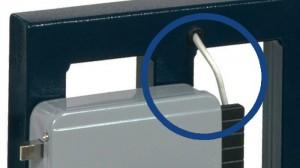 """Los cables de alimentación de las cerraduras eléctricas suelen estar expuestos en uno o más puntos, que pueden ser utilizados por los maleantes para enviar un impulso """"abusivo"""" a la cerradura y abrirla."""