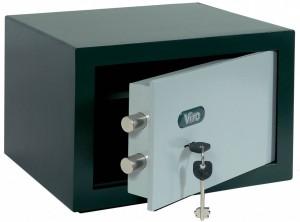 Una caja fuerte de sobreponer, reconocible por la terminación de la caja y por la falta de pletinas en el fondo.