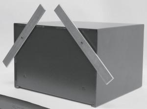 Una caja fuerte de sobreponer con las pletinas fijadas en el fondo para poder ser empotrada.
