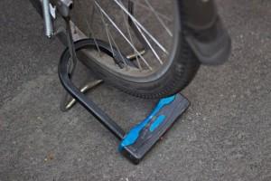 Los arcos rígidos y las cadenas nunca deben tocar el suelo, porque de este modo es más fácil cortarlos.