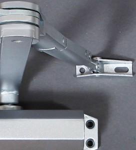 Los cierrapuertas Viro tienen un brazo basculante que también funciona en caso de superficies no coplanares.