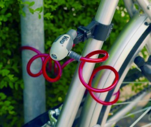 La flexibilidad de los cables trenzados debe usarse para atar a un punto fijo el conjunto chasis y ruedas.