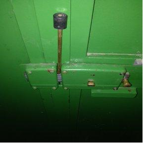Ejemplo de una cerradura de puerta tipo cerrojo bloqueado desde el interior con un perno introducido en uno de los huecos del cerrojo.