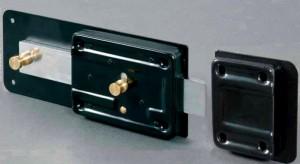 Cerradura de puerta tipo cerrojo con la parte inicial del cerrojo accionada por la primera media vuelta, que hace la función de pestillo.